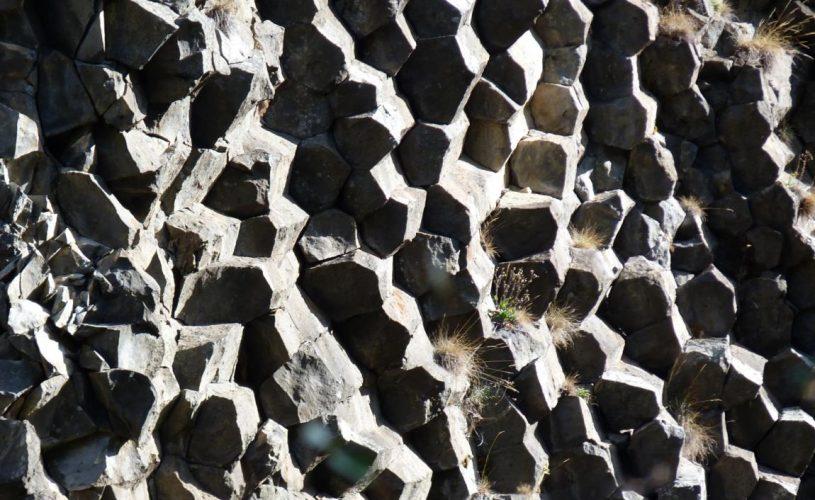 Prismes basaltiques sur une coulée
